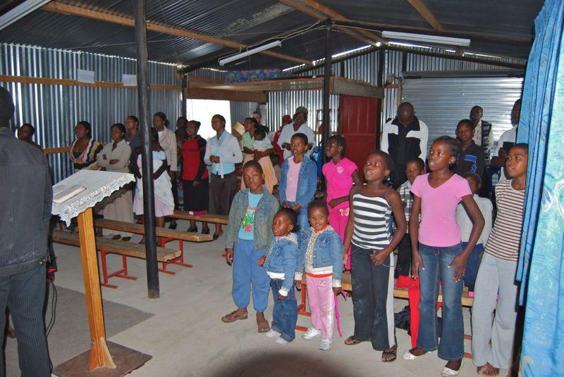 """Indrukken van een dienst in ons """"nieuwe kerkgebouw"""" uit 2005."""