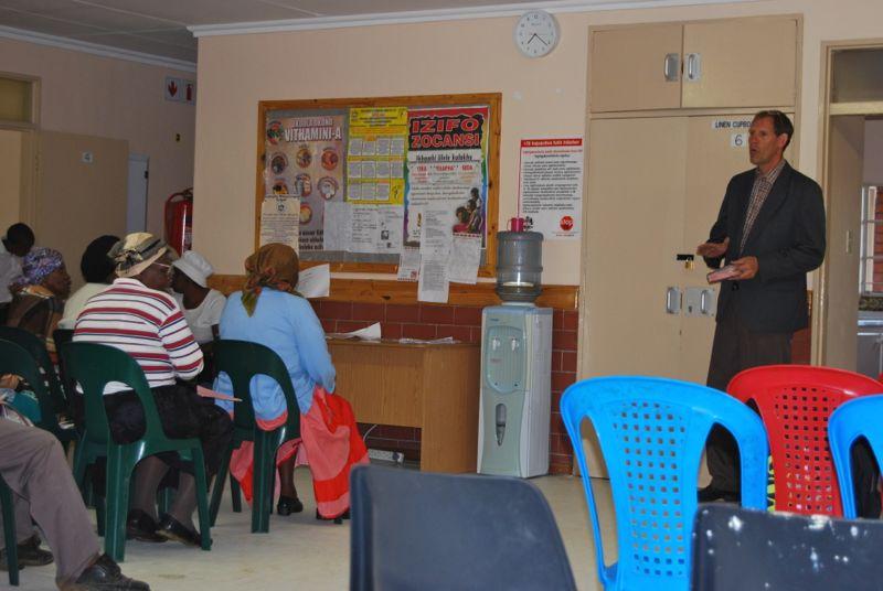 Elke woensdagochten rond 07.10 is er een korte samenkomst in de aula van de kliniek in Madadeni.