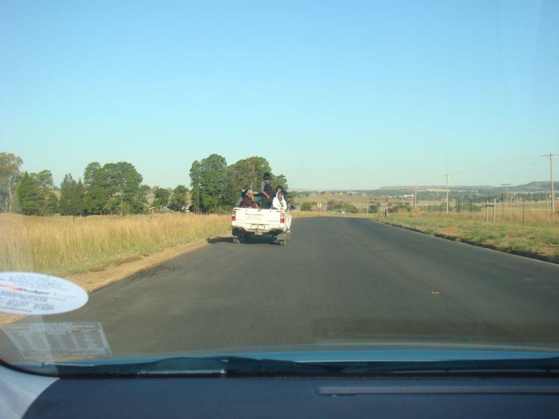 Zojuist is de eerste ploeg aangekomen in Zuid-Afrika en nu op weg naar Madadeni.