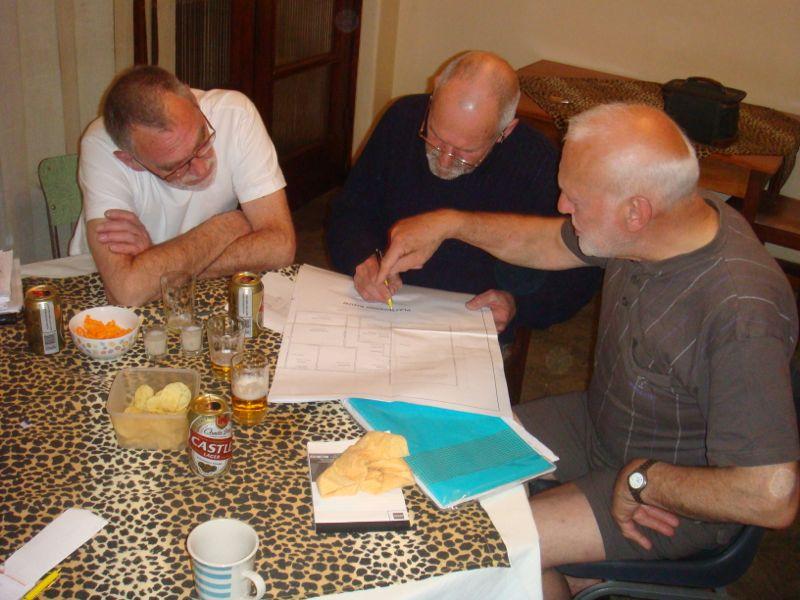 """De """"laatste"""" bouwbespreking is in volle gang.  Morgen gaan de kwartiermakers naar Madadeni en zijn benieuwd wat ze daar aantreffen.  Ook het bekende biertje Castle mag bij deze bespreking niet ontbreken."""