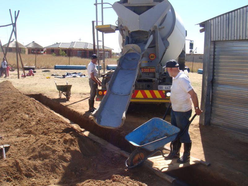 """De gleuven waren reeds door onze Zulu broeders gegraven onder leiding van Sietse. Hier en daar is er nog wat aan de juiste maat """"bijgespijkerd"""". De fundering kan nu worden gestort. De eerste bouwploeg komt er """"bijna"""" aan."""