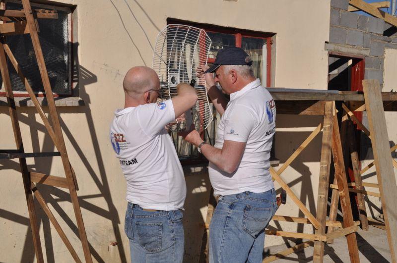 """Dick en Frank (wij noemen ze de """"vonkentrekkers"""") gaan ook meteen voortvarend te werk. Zij zullen de gehele elektrische installatie gaan verzorgen."""