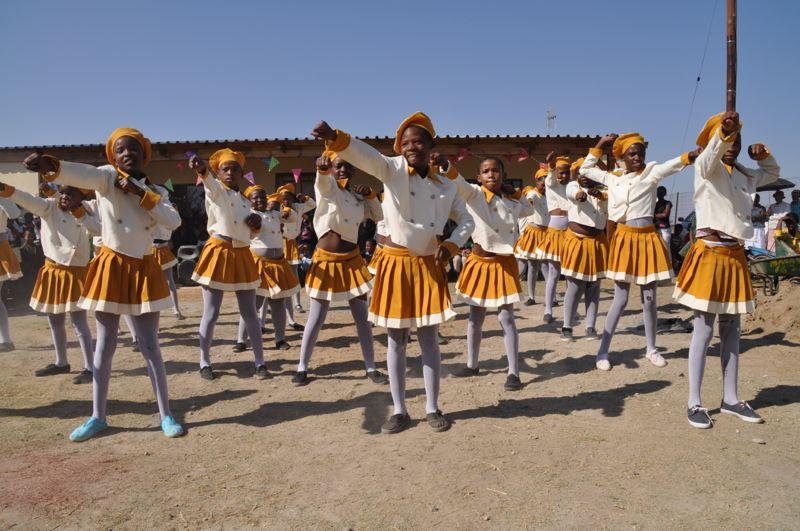 De dansgroep van een nabijgelegen school vertoonde de allerbeste dansen.