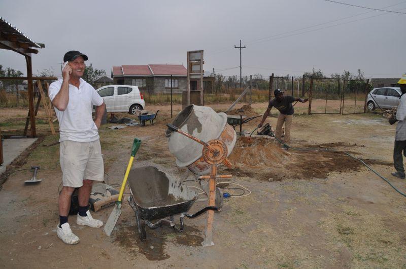 Het werk van de stukadoors in vol bedrijf. Ook een drietal Zulu broeders zijn ingehuurd.
