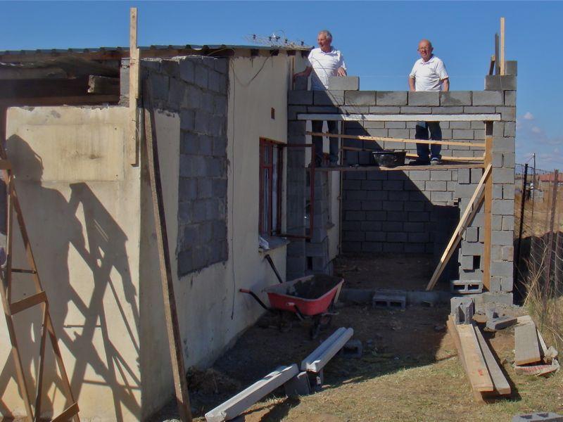 Naast het oude gebouw zwoegden deze beide broeders Hans en Jan hard aan de bouw van een garage!