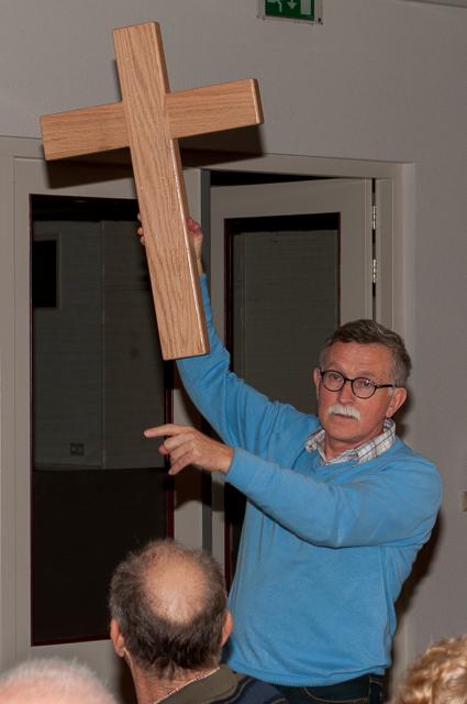 het kruis welke Dirk Jan omhoog houdt zal aan de gemeente worden geschonken