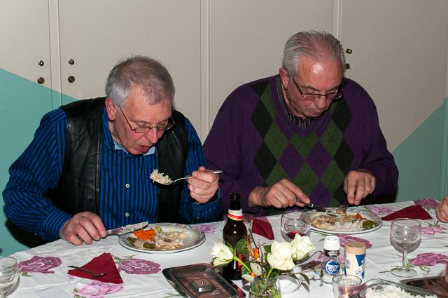 Hans en Reinier genieten zichtbaar van hun maaltijd