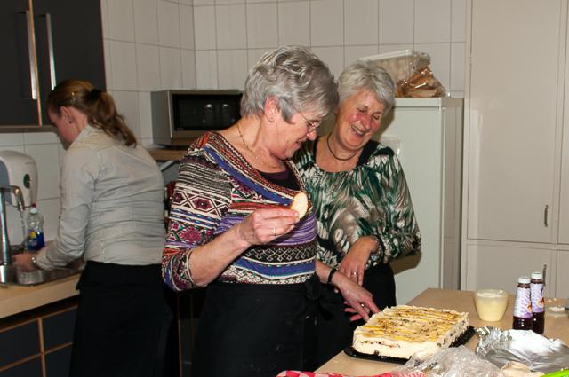Marjan en Nel druk in de weer in de keuken