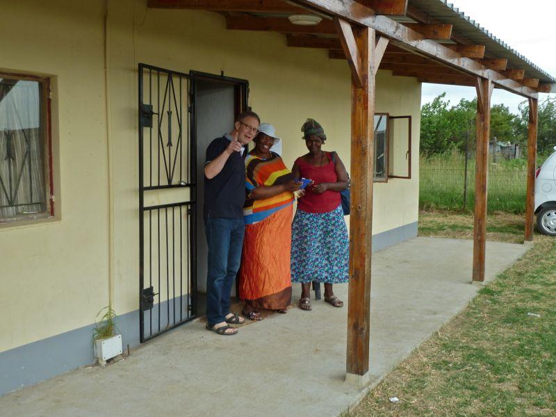 De zusters Nxumalo en Thabede staan ons al op te wachten bij het kerkgebouw