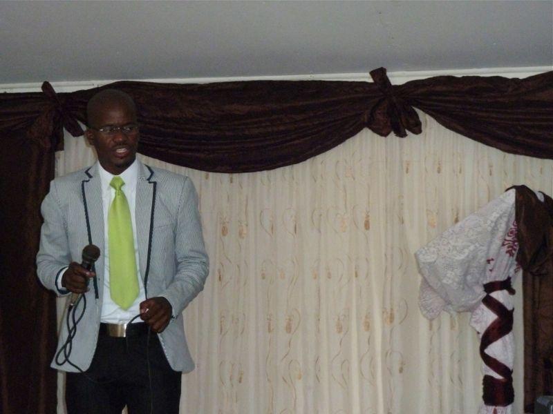 Sibusiso als master of Ceremony begint de dienst op zondag 2 februari.