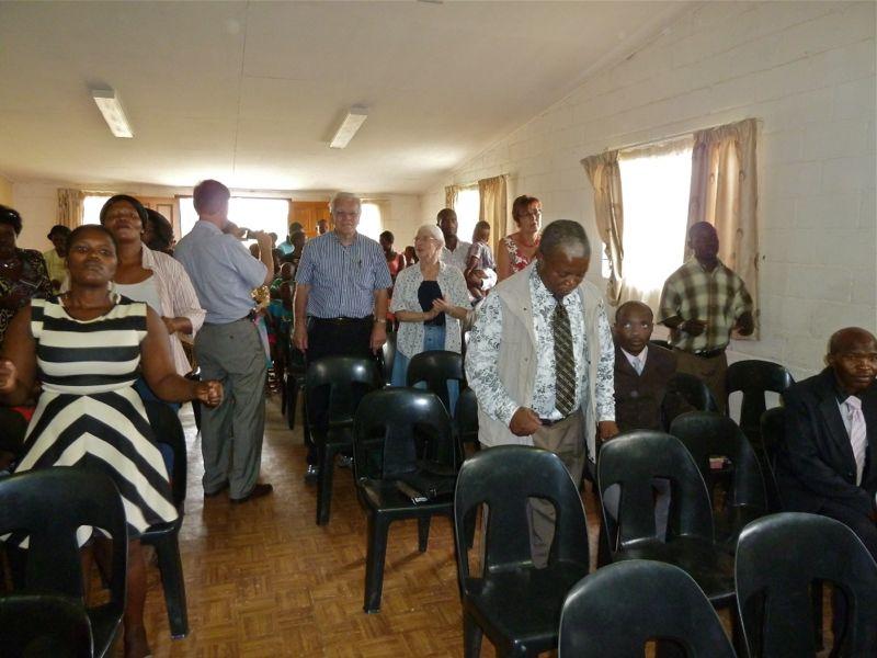 Tijdens de bevestigingsdienst zijn ook ds. Arie Reitsema (oud zendeling) en zijn vrouw Merel aanwezig.