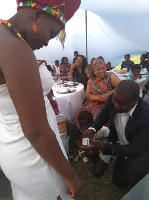 Sibusiso op de knieen