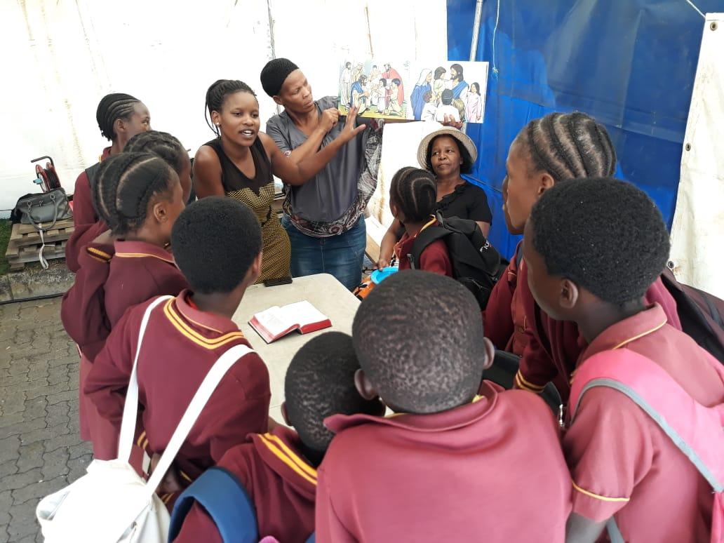 enkele kinderen ontvangen Bijbels onderwijs