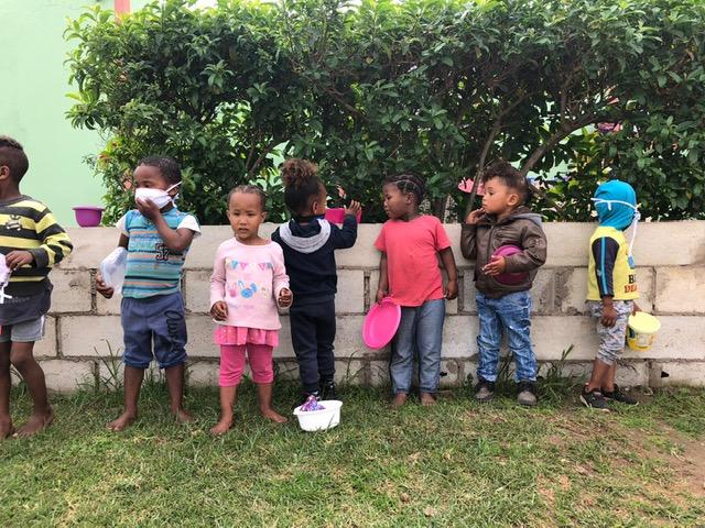 kinderen wachtend op eten