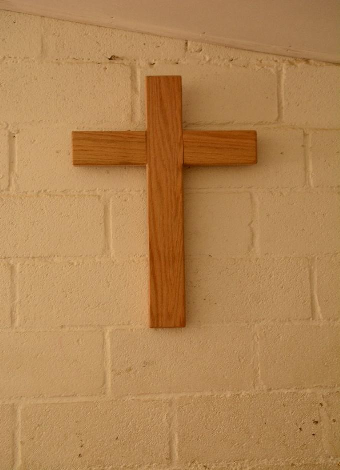 houten kruis op muur